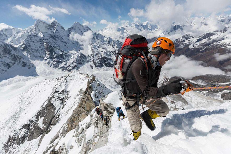 Danuru Sherpa, ein Veteran unter den Führern, klettert über befestigte Leinen zwischen Lager I und Lager ...