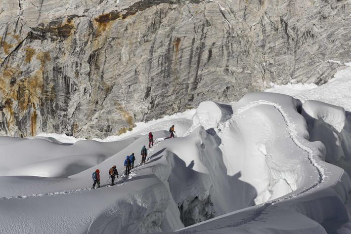Sonam Dendu, ein Führer von Thamserku Trekking – ein Abenteuerunternehmen, das von Sherpas gegründet wurde –, ...