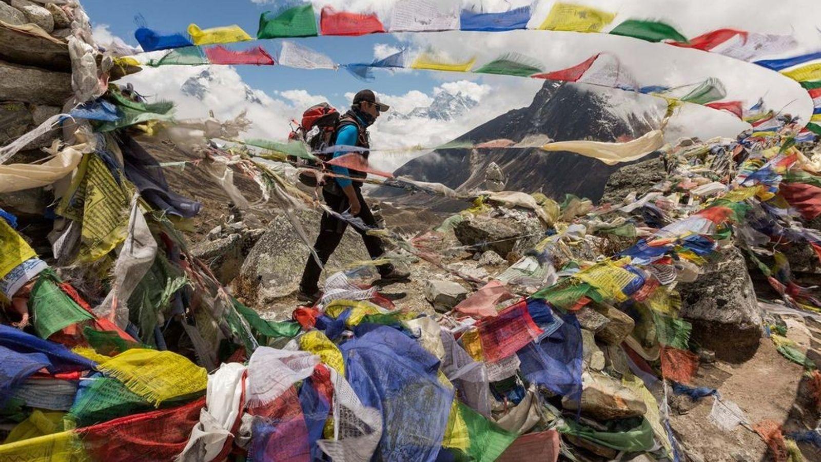 Auf dem Weg zum Mount Everest kommt Mingma Ongel Sherpa an den Gebetsfahnen vorbei, welche die ...