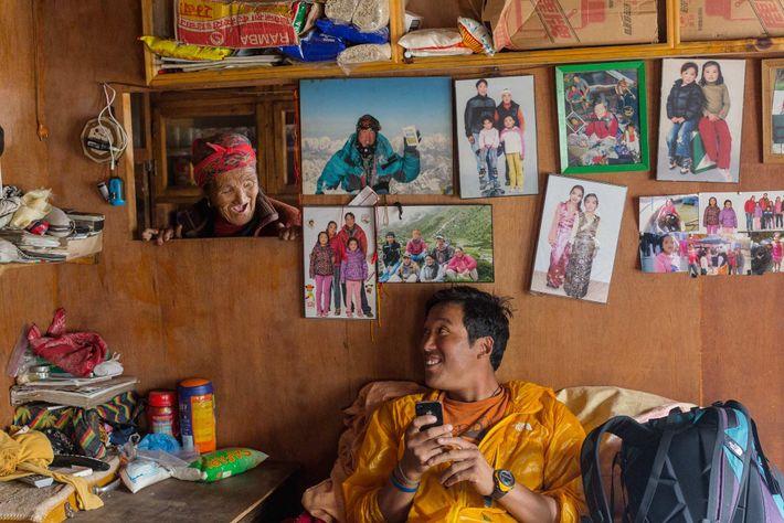 Danuru Sherpa lacht mit seiner Mutter Daki Sherpa in ihrem Zuhause im Dorf Phortse. Danuru, der ...
