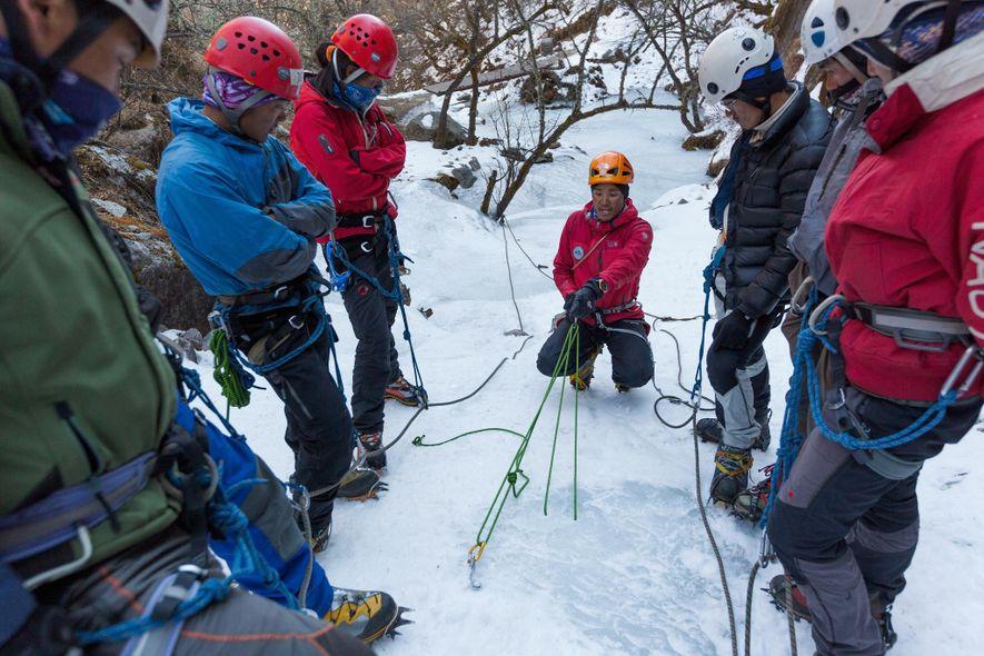 Jangbu Sherpa, ein zertifizierter Bergführer, zeigt Schülern im Khumbu Climbing Center in Phortse, wie man einen ...