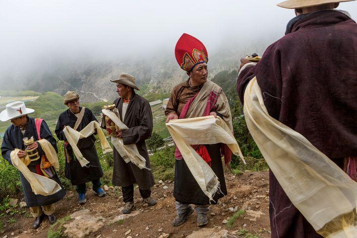 Bewohner des Sherpa-Dorfes Phortse bereiten die Ankunft eines Lamas aus dem Tengboche-Kloster vor, der die jährlichen ...