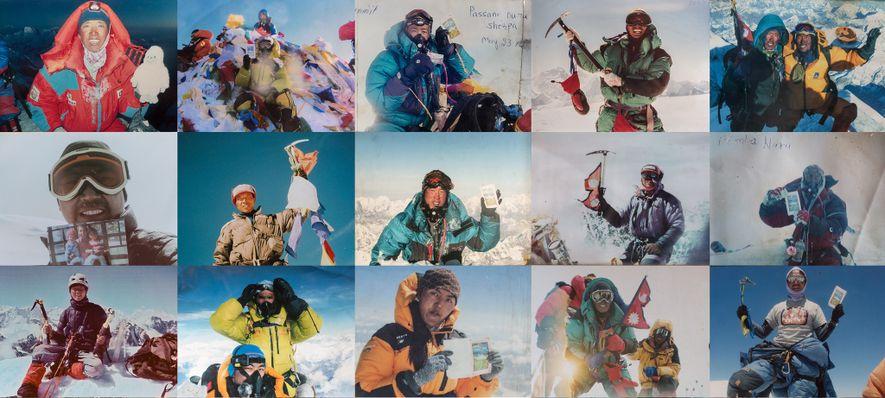 Sherpa-Führer posieren stolz in ihrem Moment des Ruhms auf den Gipfeln der Giganten des Himalaya, darunter ...
