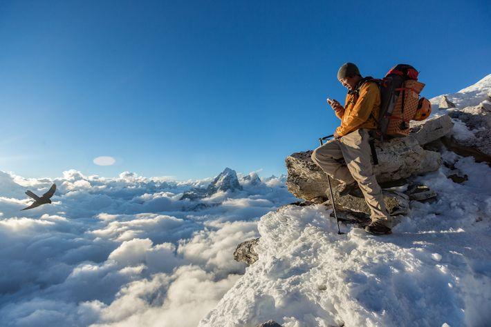 Danuru Sherpa sucht sich genau den richtigen Ort über den Wolken beim Lager I auf dem ...