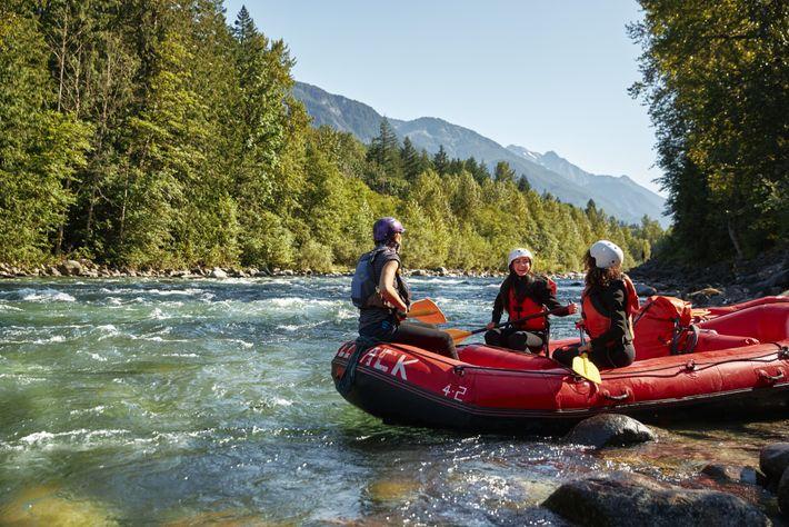 Beim Rafting auf dem Vedder River in Chilliwack erleben Sie rasante Fahrten durch Stromschnellen und ruhigere, ...