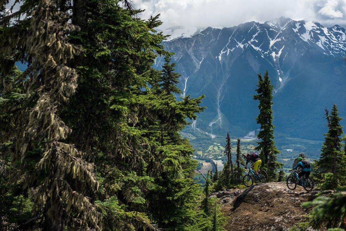 RADSTRECKEN  Von Frühling bis Herbst bilden die einsamen Bergpfade und die von Gletschern gespeisten Flüsse in Whistler ...