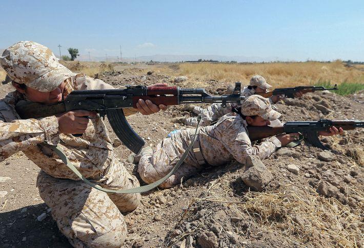 Kurdische Frauen eines Peschmerga-Bataillons nehmen am 17. September 2014 an einer Trainingsübung in der Nähe von ...
