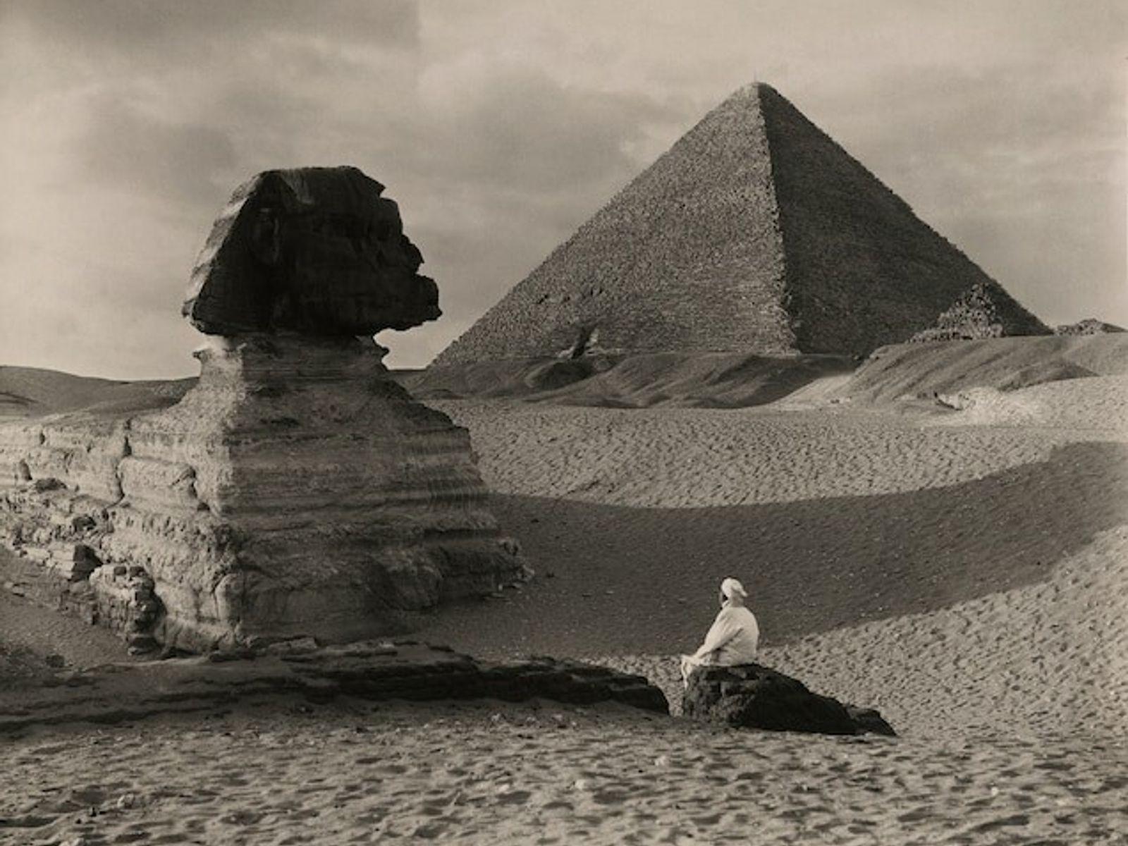 """Die Pyramiden von Gizeh  Auf diesem Foto, das 1921 in einem Artikel mit dem Titel """"From London ..."""