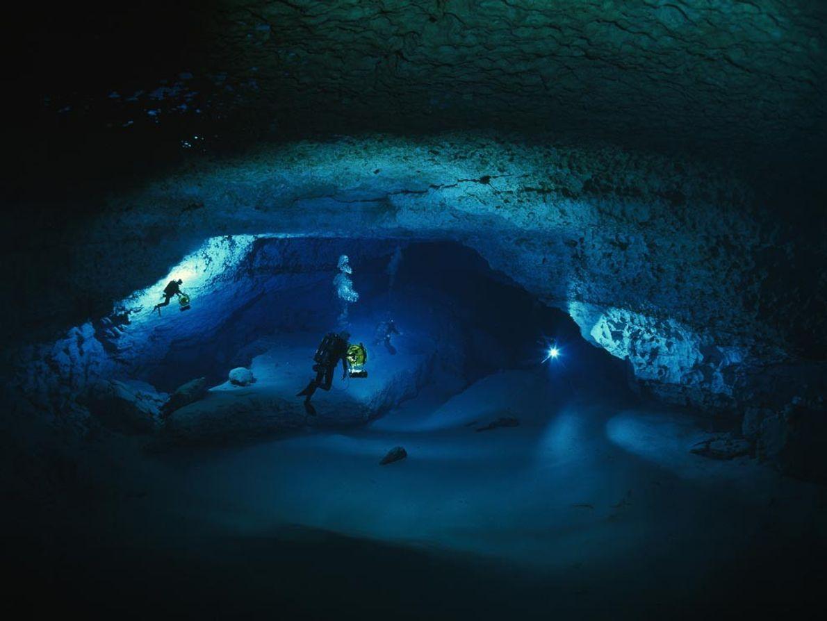 Höhlentaucher erkunden 76 Meter unter der Erdoberfläche eine unter Wasser liegende Kammer der Diepolder-Höhle in Florida. ...