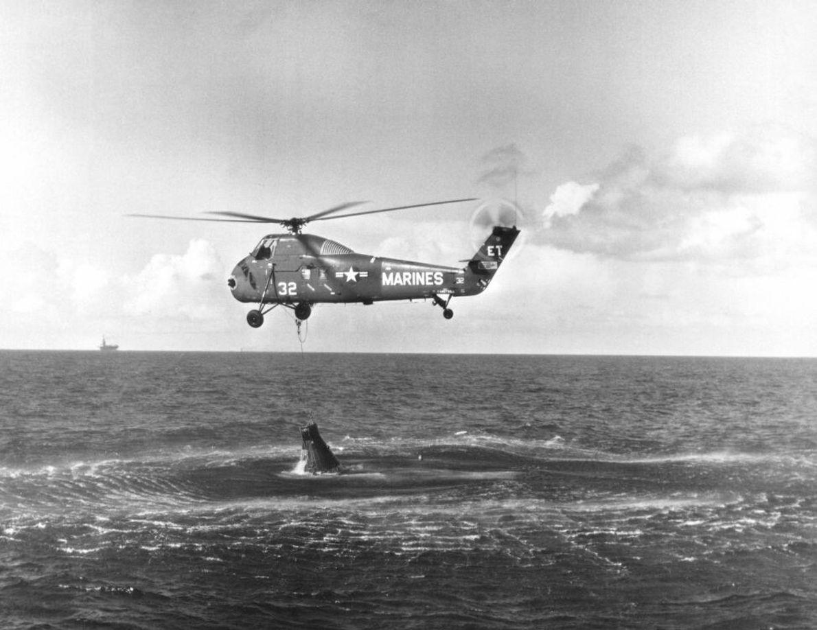 Ein Hubschrauber der US-Marine versucht, die angeschlagene Liberty Bell 7 aus dem Wasser zu ziehen, nachdem ...