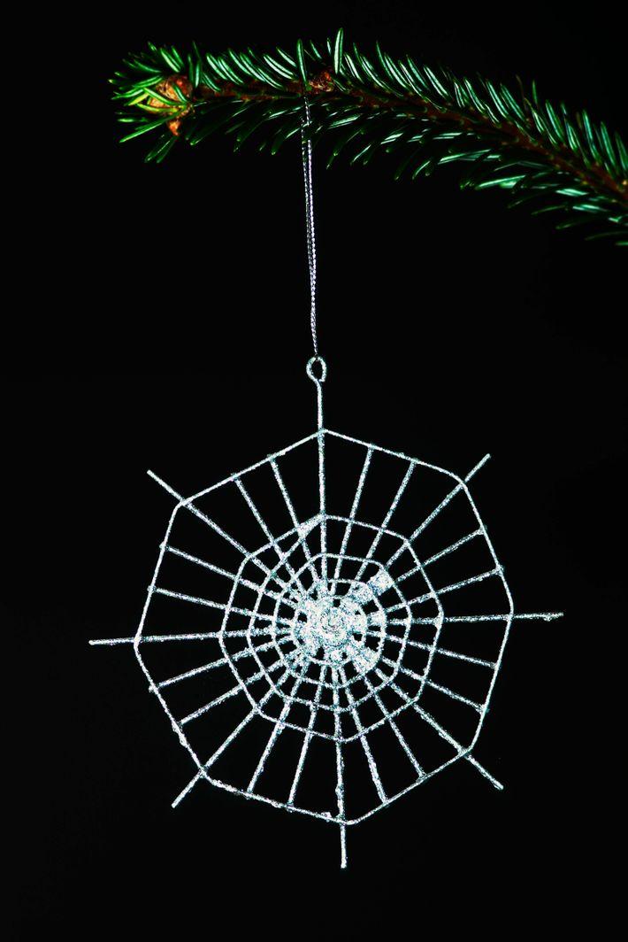 Die in der Ukraine Weihnachtsspinnengeschichte besagt, dass eine Spinne einer alten Witwe den Baum verzierte – ...
