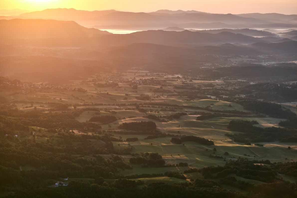 Die goldene Stunde. Die Sonne steht tief am Horizont und taucht das Vipava-Tal in ihren warmen ...