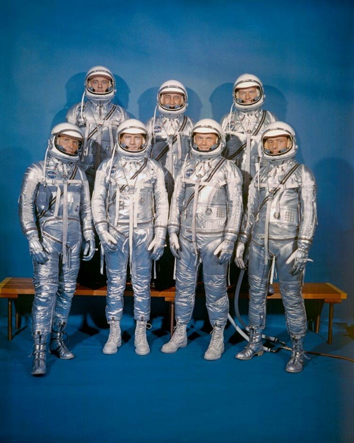 Die Mercury-7-Astronauten in ihren Raumanzügen. Die aus Druckanzügen der US Navy entwickelten Anzüge aus aluminiumbeschichtetem Nylon ...