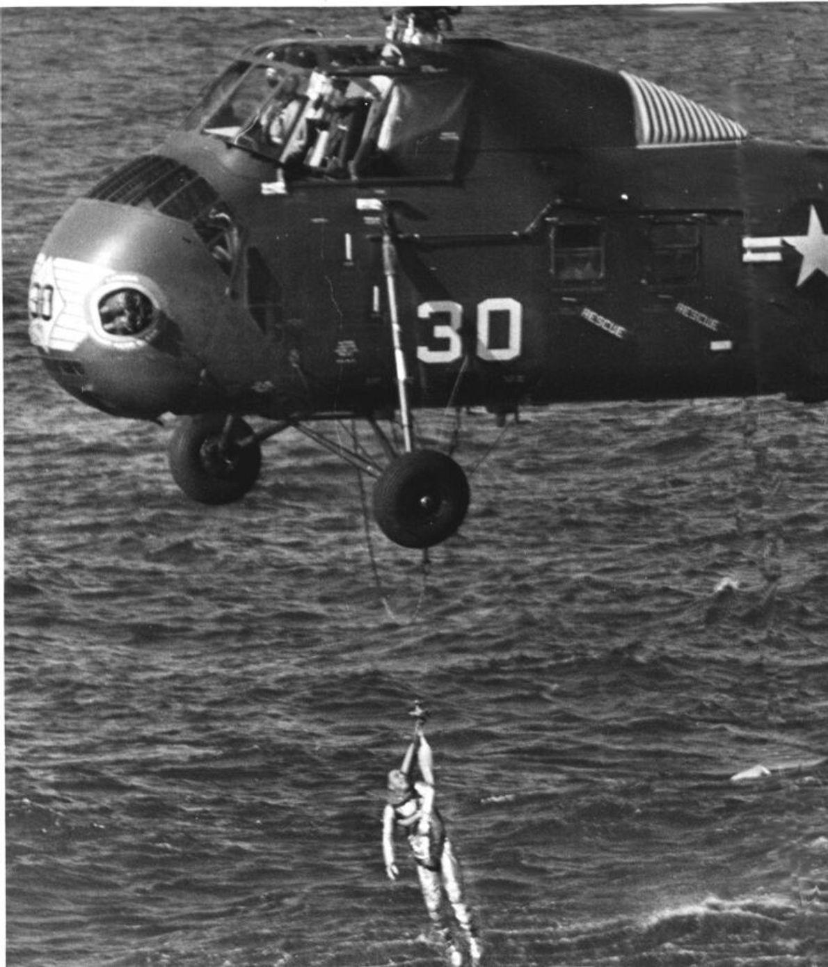 Grissom wurde schließlich mit einem Rettungsgeschirr an Bord des Hubschraubers gehoben. Er war völlig erschöpft von ...
