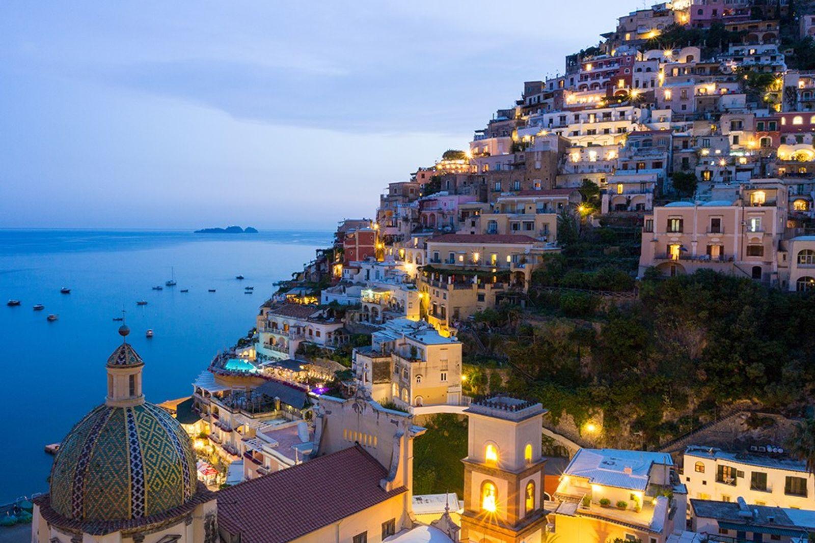 Am terrassierten Hand drängen sich die Häuser dicht an dicht. Positano zählt zu den unvergesslichsten Städten ...