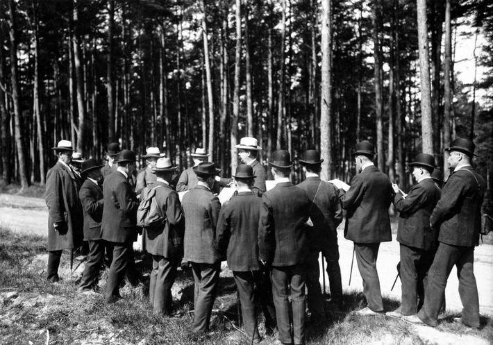 Ausflug eines Männergesangsvereins zu Himmelfahrt: Ein Ständchen im Walde - um 1910. Aufnahme: Otto Häckel Originalaufnahme im ...