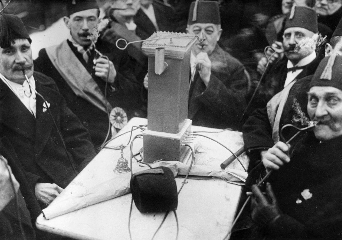 Deutschland, Berlin: Herrenpartie am Himmelfahrtstag des Raucherclubs 'Lange Piepe 1885', im Mittelpunkt ein kleiner 'Kachelofen', der ...