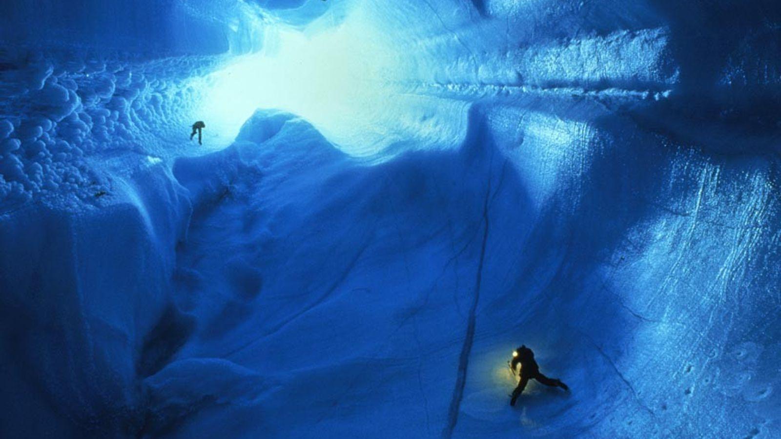 Höhlenforscher lassen sich in eine 90 Meter tiefe Gletscherhöhle im Grönländischen Eisschild hinab. Solche Höhlen entstehen ...