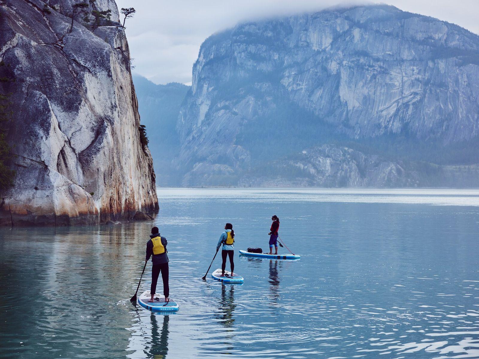 Die weitläufige Bucht Howe Sound mit ihrem unglaublich klaren Wasser und den imposanten Bergen im Hintergrund ...