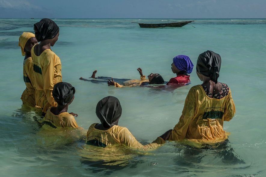 Die 22-jährige Schwimmlehrerin Kazija ziegt Schülerinnen der Grundschule Kijini im Indischen Ozean vor Mnyuni auf Unguja, ...