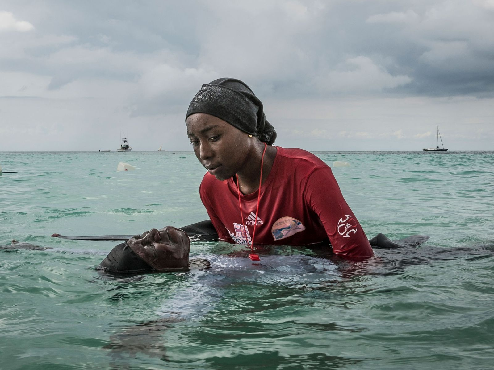 Lehrerin hilft Schülerin im Wasser