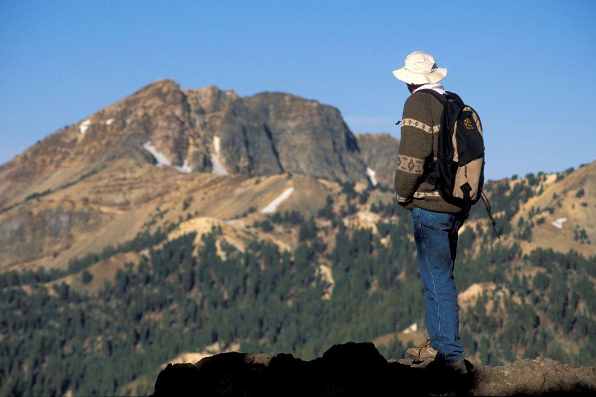 Foto eines Wanderers auf dem Lassen Peak Trail