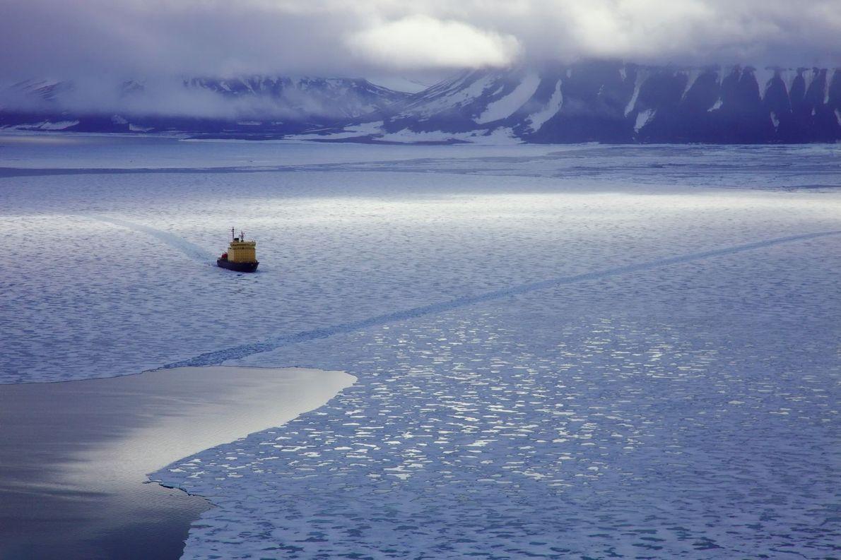 Abenteuergeist | Der Eisbrecher Kapitan Dranitsyn schiebt sich im Juli 2011 durch das arktische Eis von ...