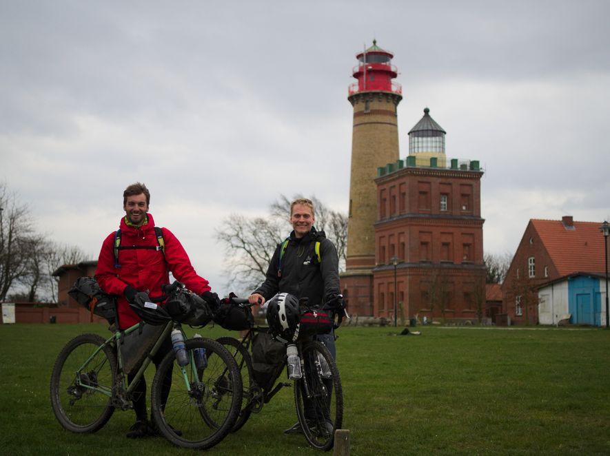 Lukas (21) und Sven (23) haben sich in Stuttgart kennengelernt, während dem Studium der Luft- und ...