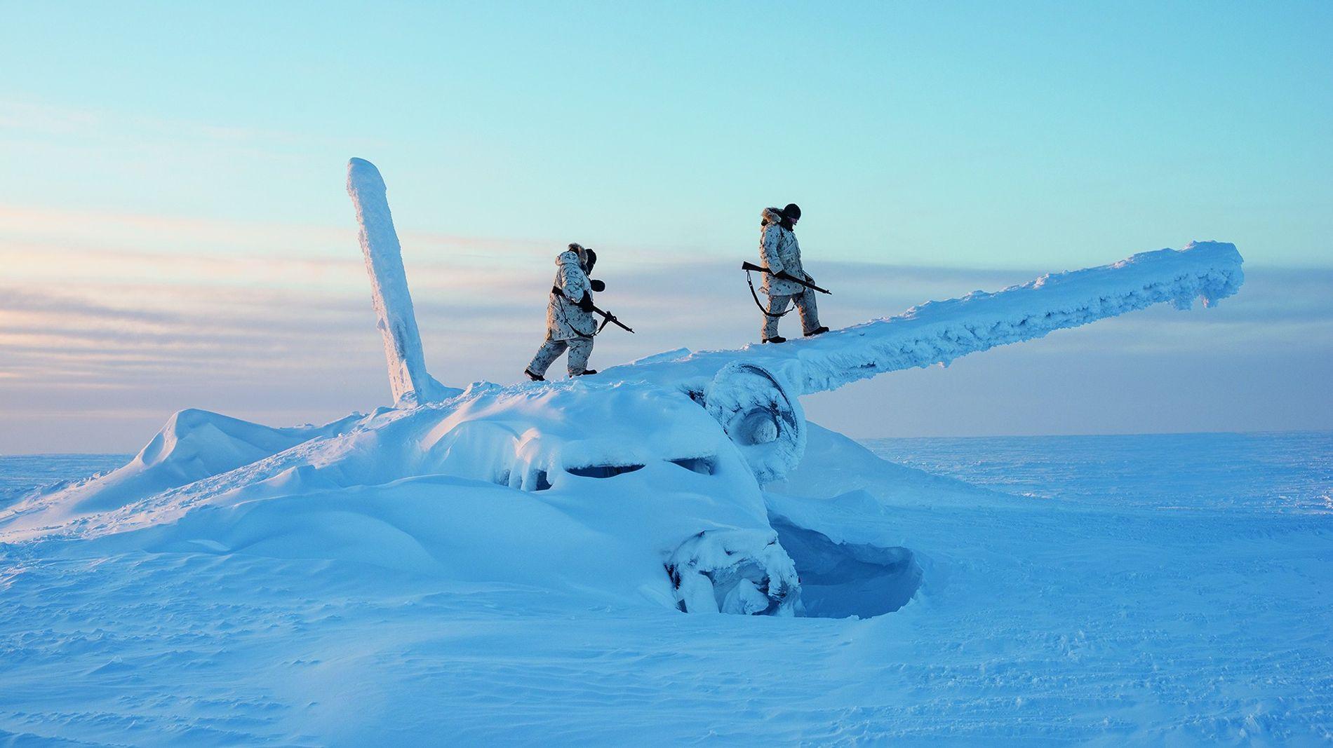 Etwa 1600 Kilometer südlich des Nordpols verschaffen sich kanadische Soldaten auf Cornwallis Island von einem Flugzeugwrack aus einen Überblick. Mit der Erwärmung des Polargebiets steigt die Uneinigkeit über dessen künftige Nutzung.