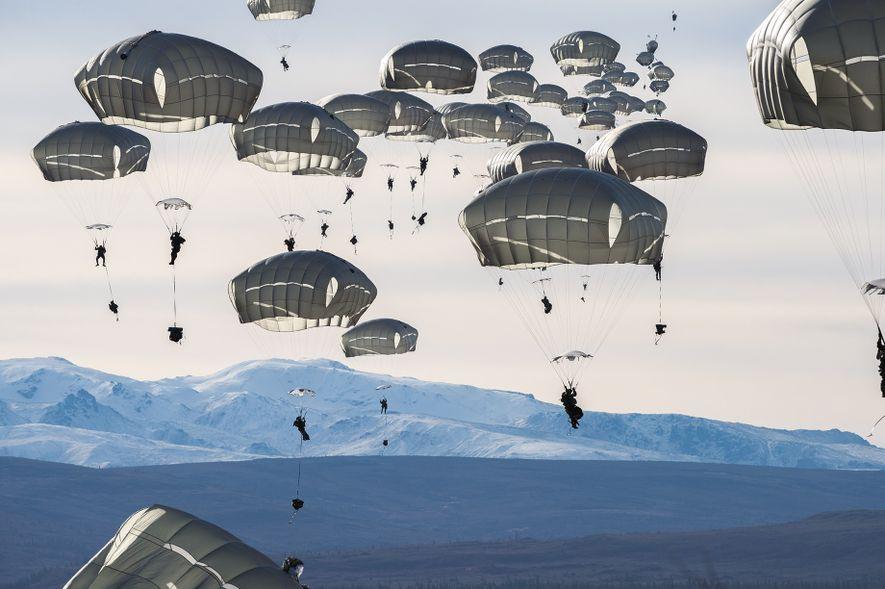 Etwa 400 US-Soldaten üben in der Nähe von Fort Greely in Alaska Fallschirmsprünge. Sie werden so auf Großoperationen unter arktischen Bedingungen vorbereitet.