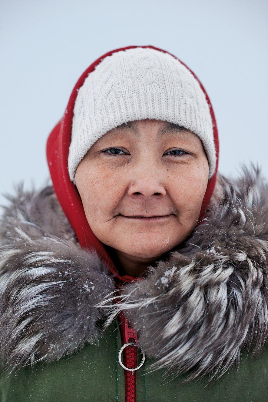 Susie Hiqinit ist wie viele Inuit Reservistin bei den Canadian Rangers. Sie vermittelt anderen Mitgliedern des Militärs traditionelle Inuit-Methoden für die Jagd, die Orientierung und den Bau von Eishöhlen.