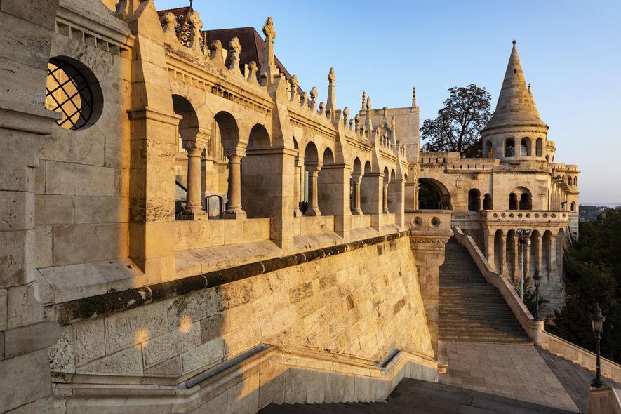 Das Morgenlicht küsst die Halászbástya oder Fischerbastei in Budapest. Die neoromanische Terrasse auf dem Burgberg ist ...
