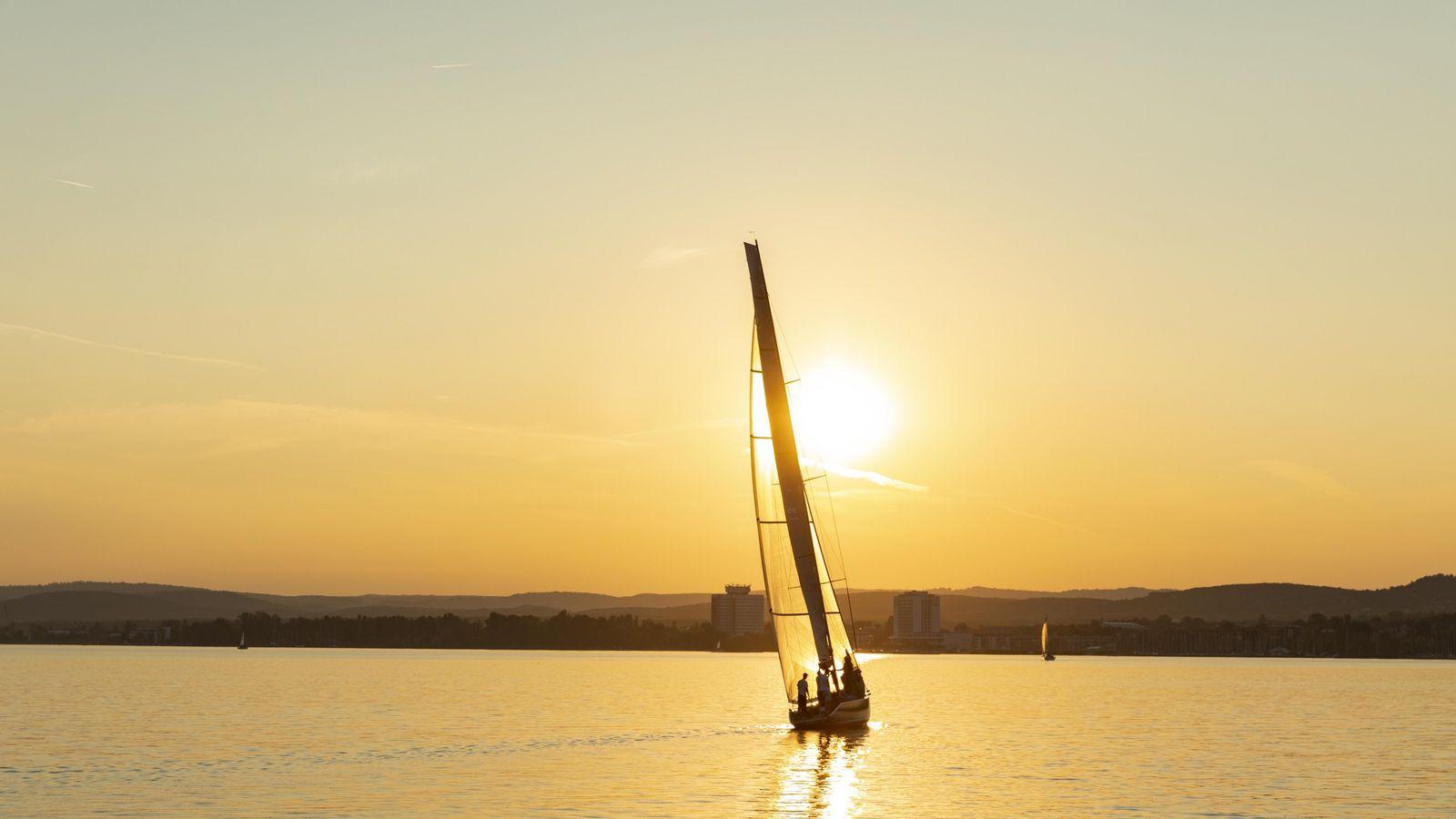 Ein einsames Segelboot gleitet über den Balaton. Hier, auf dem größten See Zentraleuropas, tummeln sich die ...