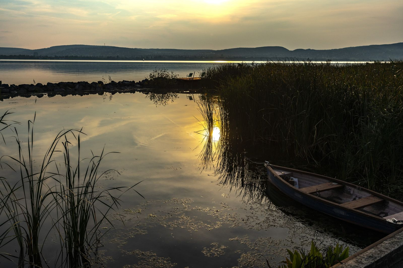 Dieses Ruderboot hat sein Tagwerk auf dem Balaton vollbracht und liegt nun am Steg vertäut. Auf ...