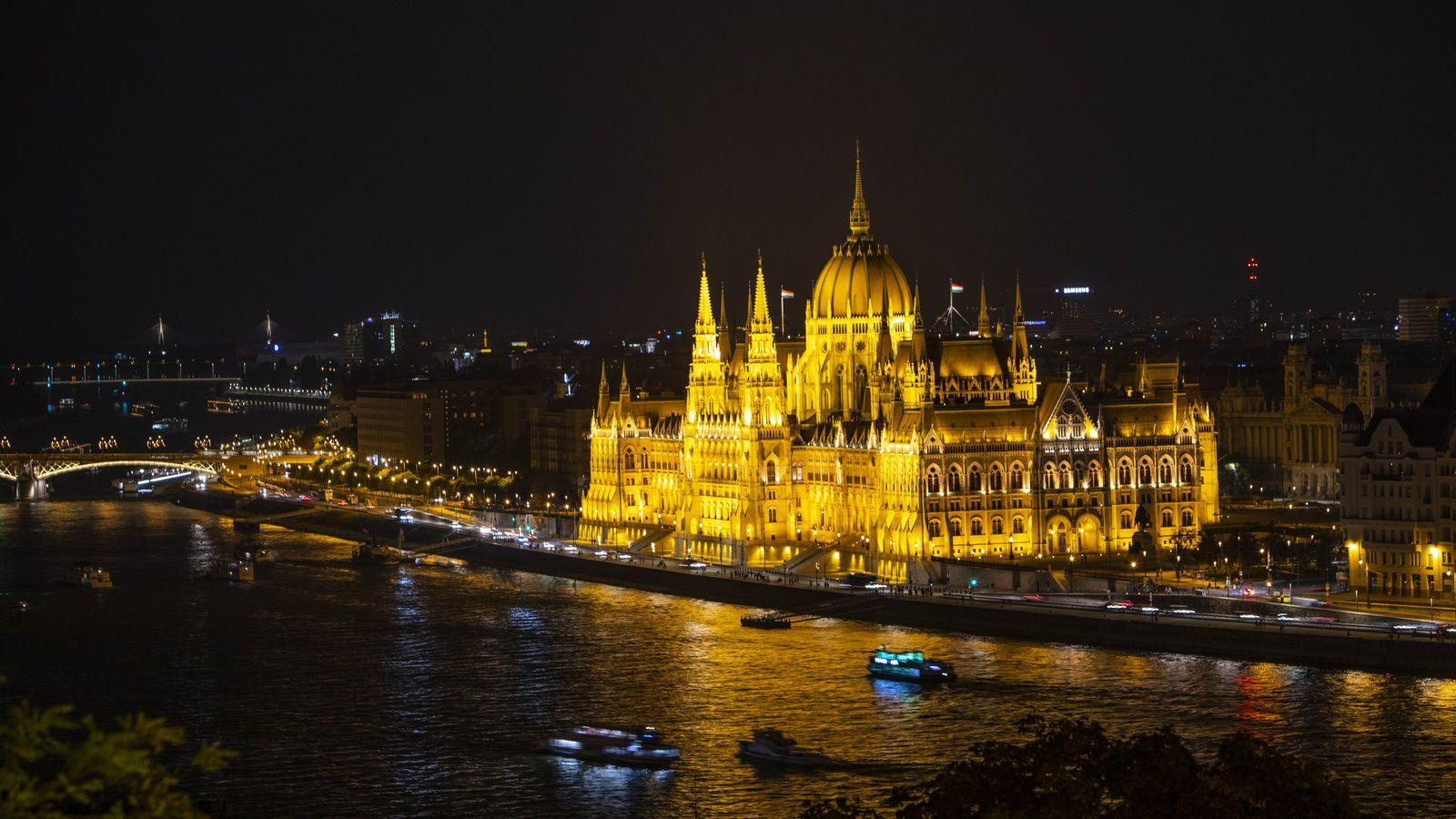 Der Monumentalbau des Budapester Parlaments ist zu jeder Tageszeit eine beeindruckende Erscheinung, insbesondere jedoch bei Nacht ...