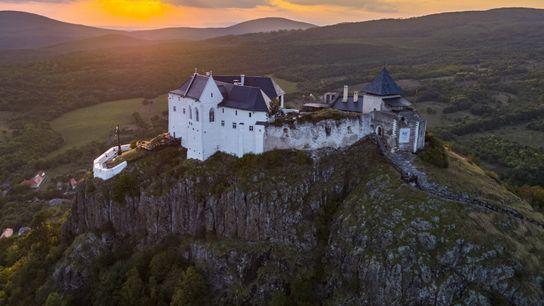 Sonnenuntergang auf Burg Füzér. Die mittelalterliche Anlage ist mit ihren Wällen gut erhalten und wurde auf ...