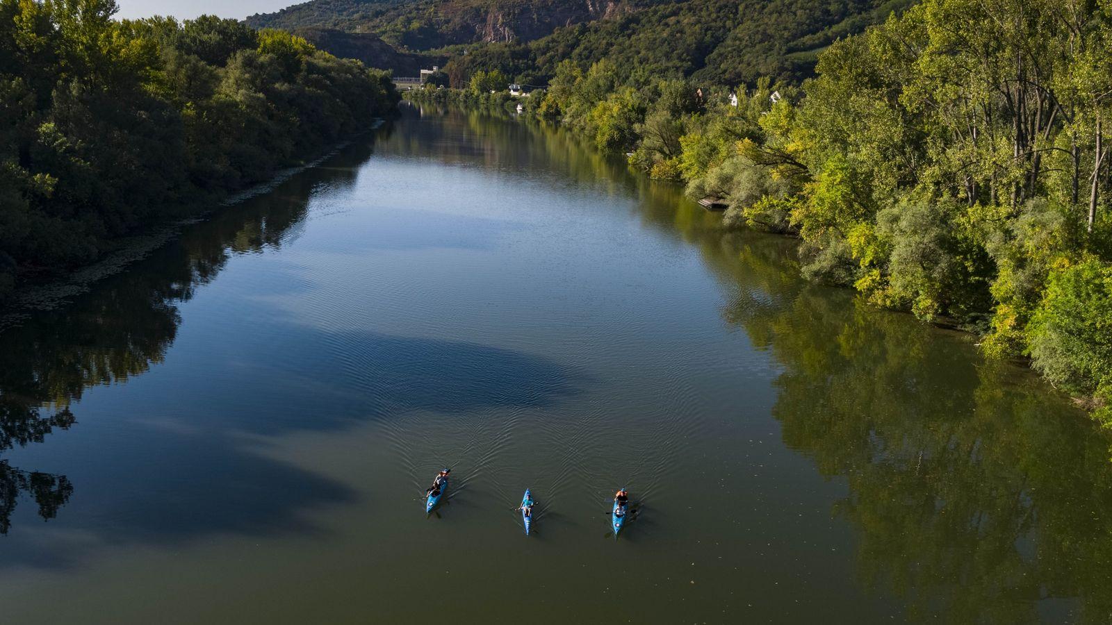Kajakfahrer lassen sich auf dem Fluss Bodrog in der Tokaj-Region treiben. Das Gebiet wird von natürlichen ...