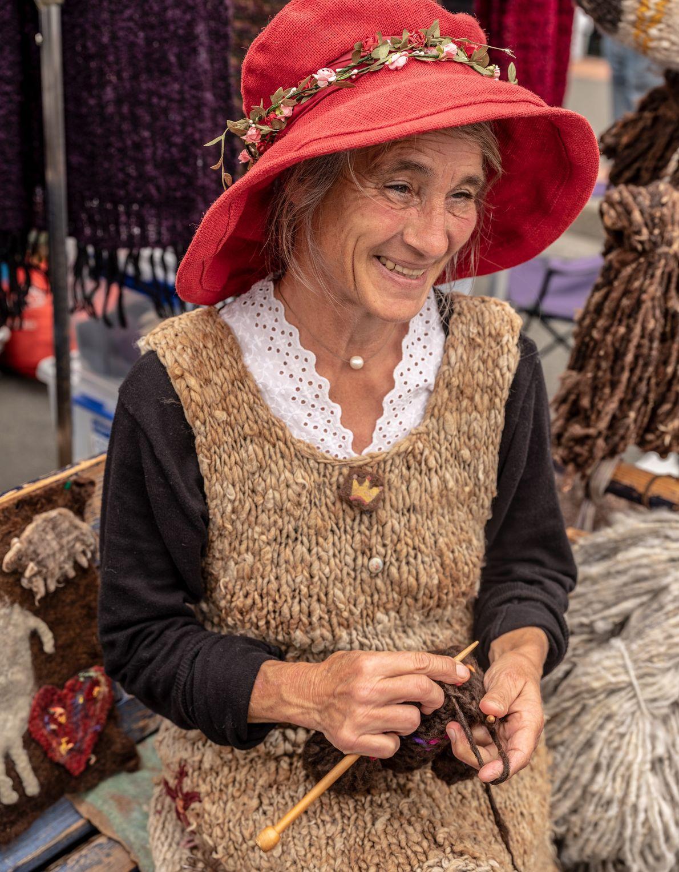Nicole Thomas Mafreka, Schäferin und Weberin, hat immer ein Lächeln auf dem Gesicht. Der Markt in ...