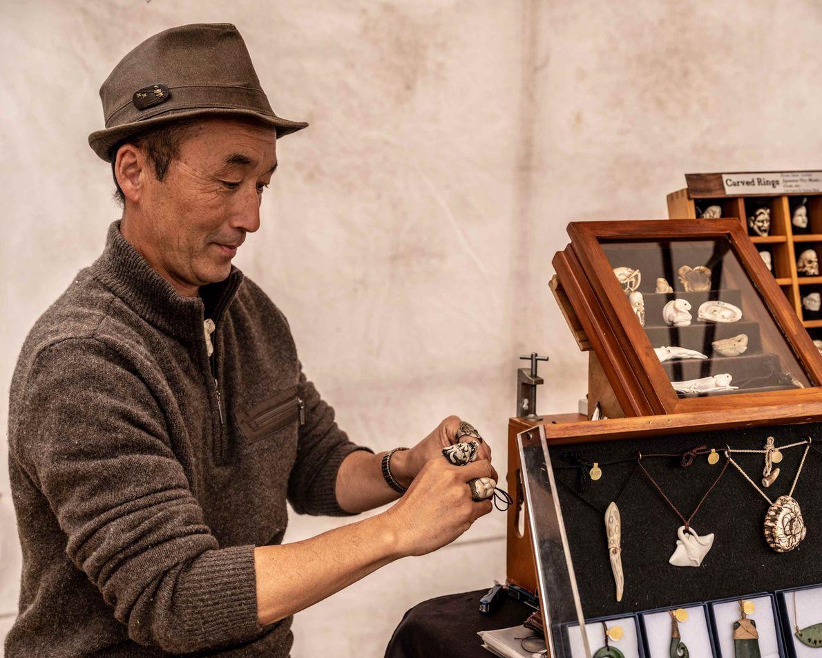 Schnitzer Fumio Noguchi auf dem Markt in Nelson. Der Wochenmarkt wird jeden Samstag auf dem Montgomery ...