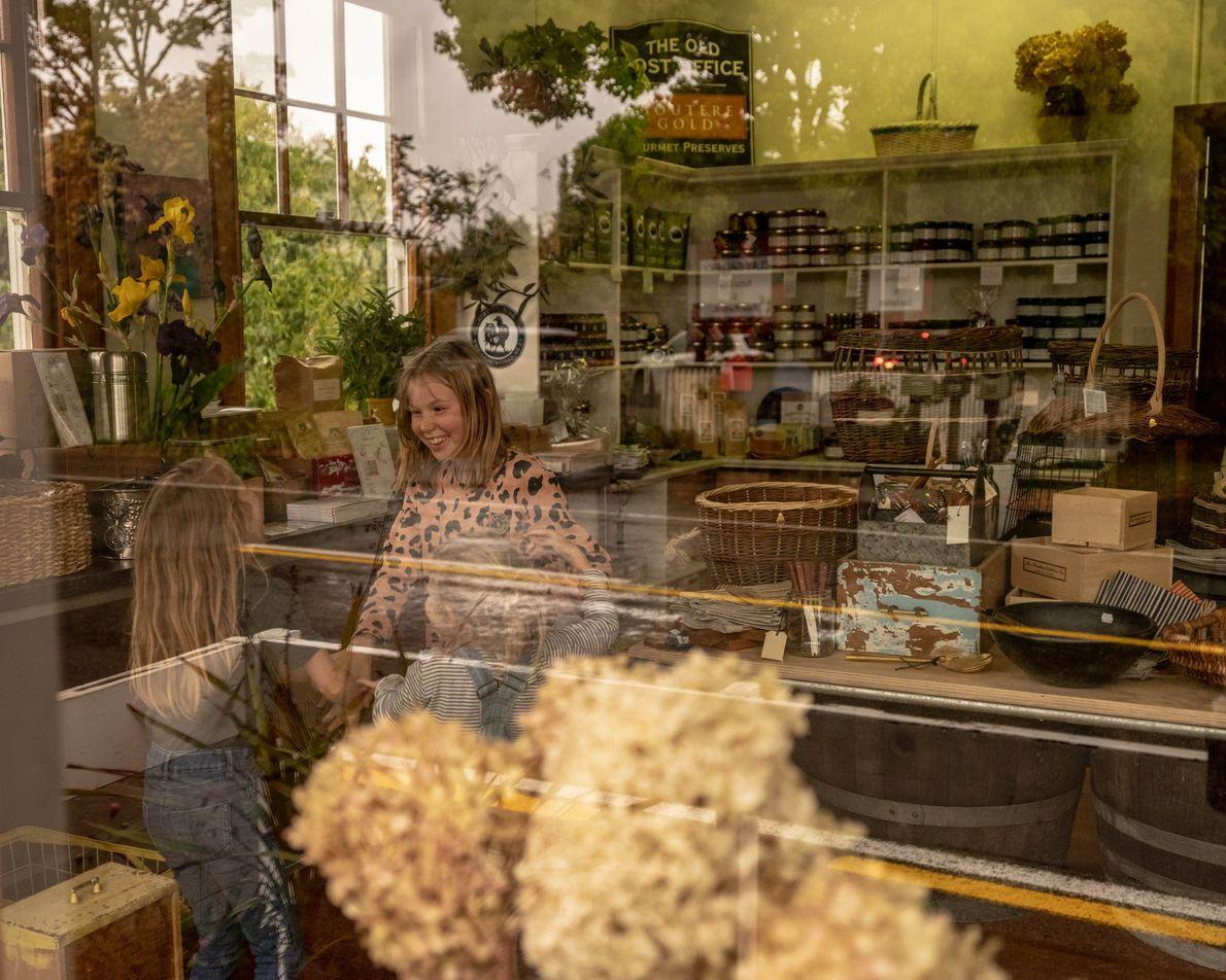 Diese drei Mädchen befinden sich im alten Postamt von Upper Moutere, das in ein Geschäft umgewandelt ...