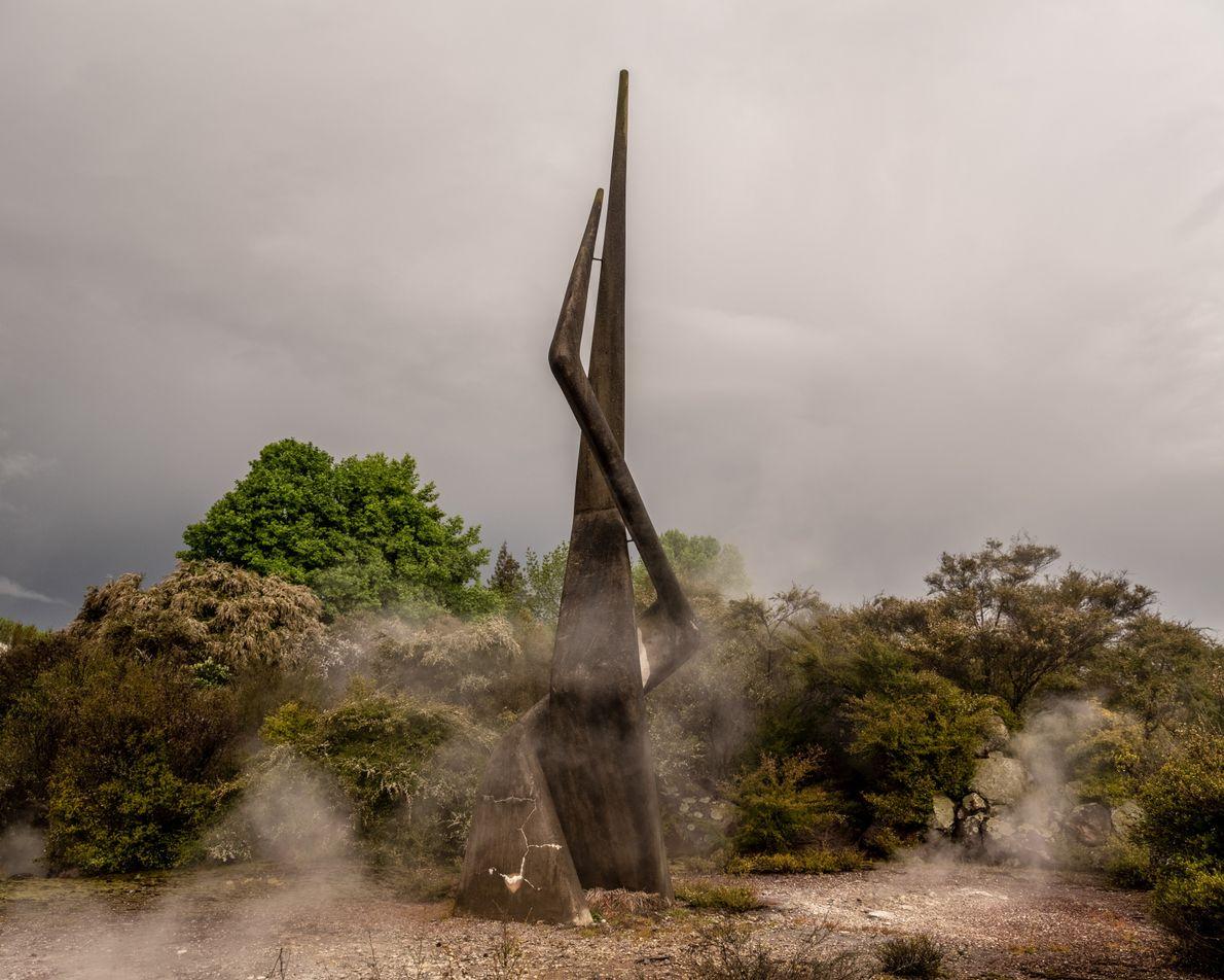 Zwei Gruppen, ein Land. Diese Betonskulptur wurde 1970 von Ben Benfield auf einem versiegten Geysir errichtet. ...