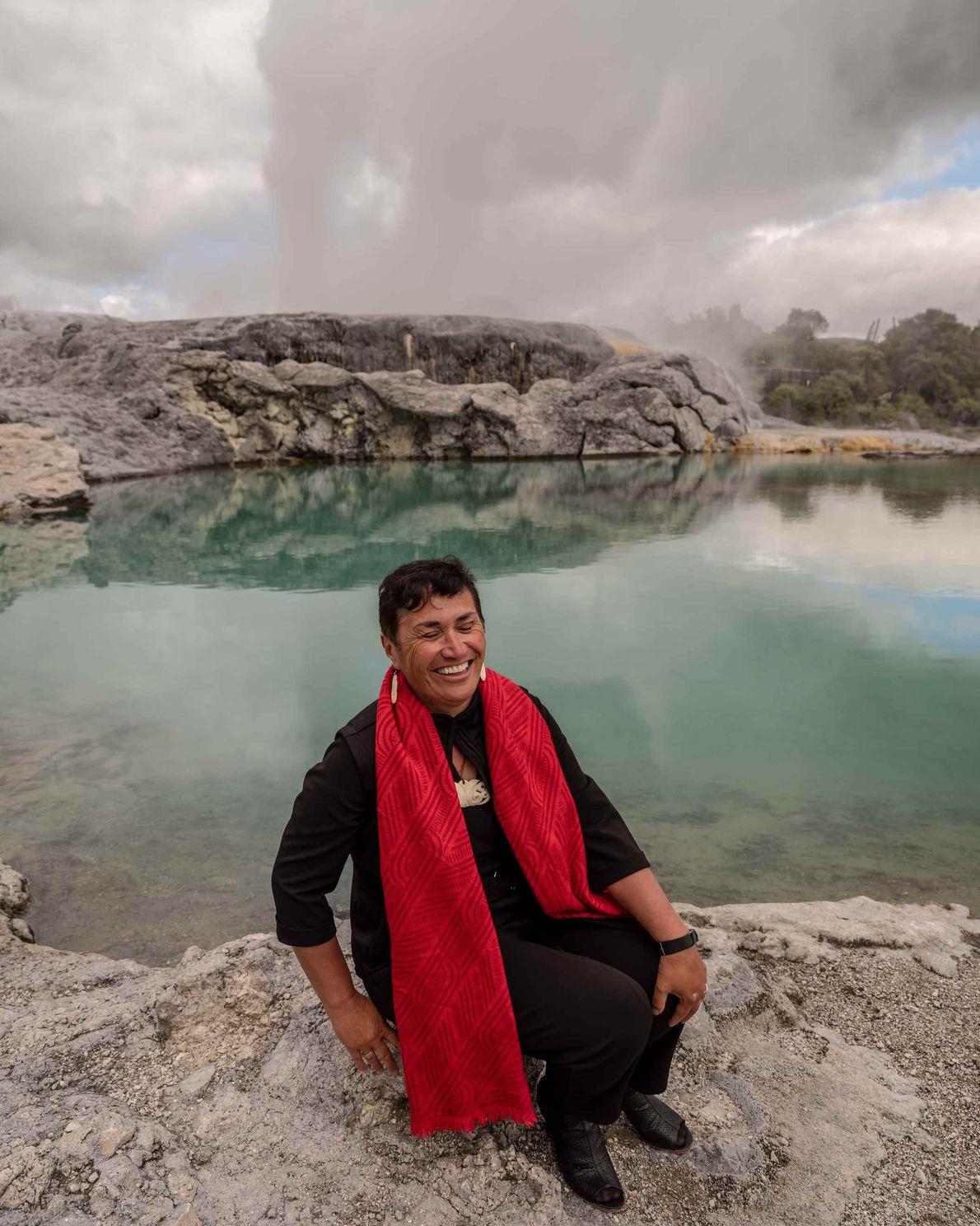 Kirimatao West arbeitet als Guide in Te Puia in Rotorua, wo sie schon seit Jahrzehnten liebend ...