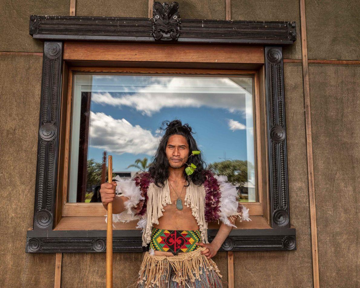 Tame Hotene vom Mataatua Marae vor dem Beginn eines powhiri. Diese traditionelle Begrüßung erlaubt Besuchern respektvoll ...