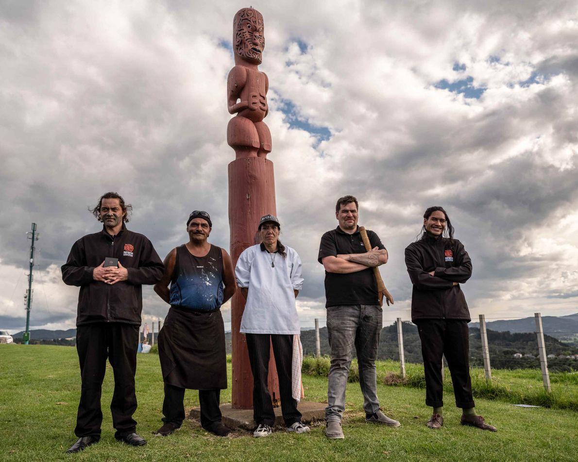 Mitglieder des Mataatua Marae stehen stolz am Kapu Te Rangi Historic Reserve in Whakatāne. Dies ist ...