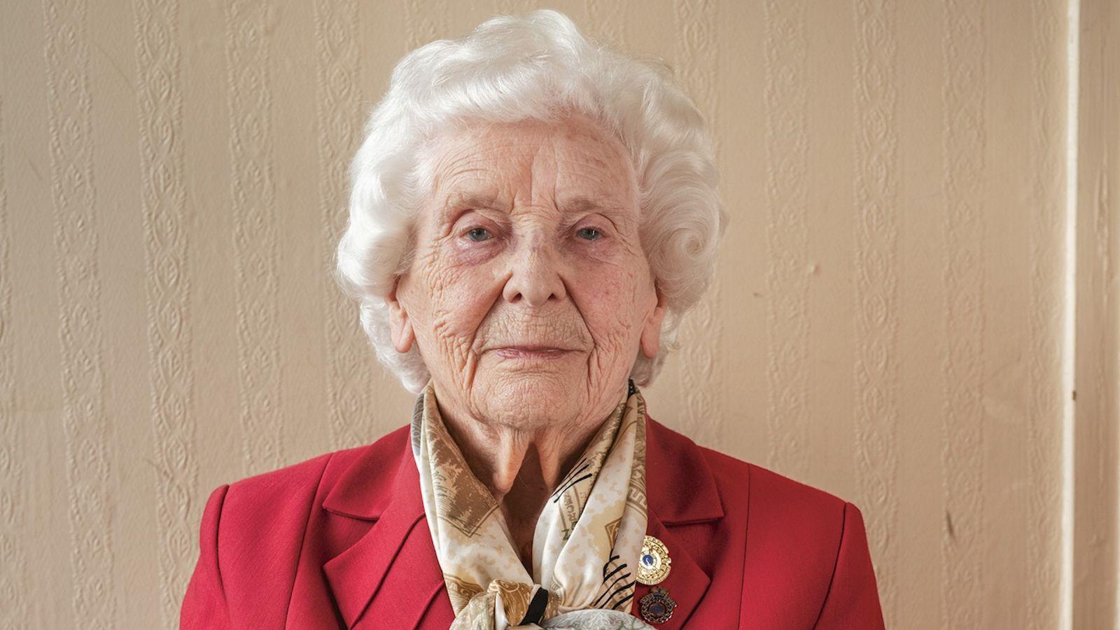 BETTY WEBB. Britischer Geheimdienst.  Webb, heute 97, war 18, als sie in Bletchley Park, Großbritanniens streng geheimer ...