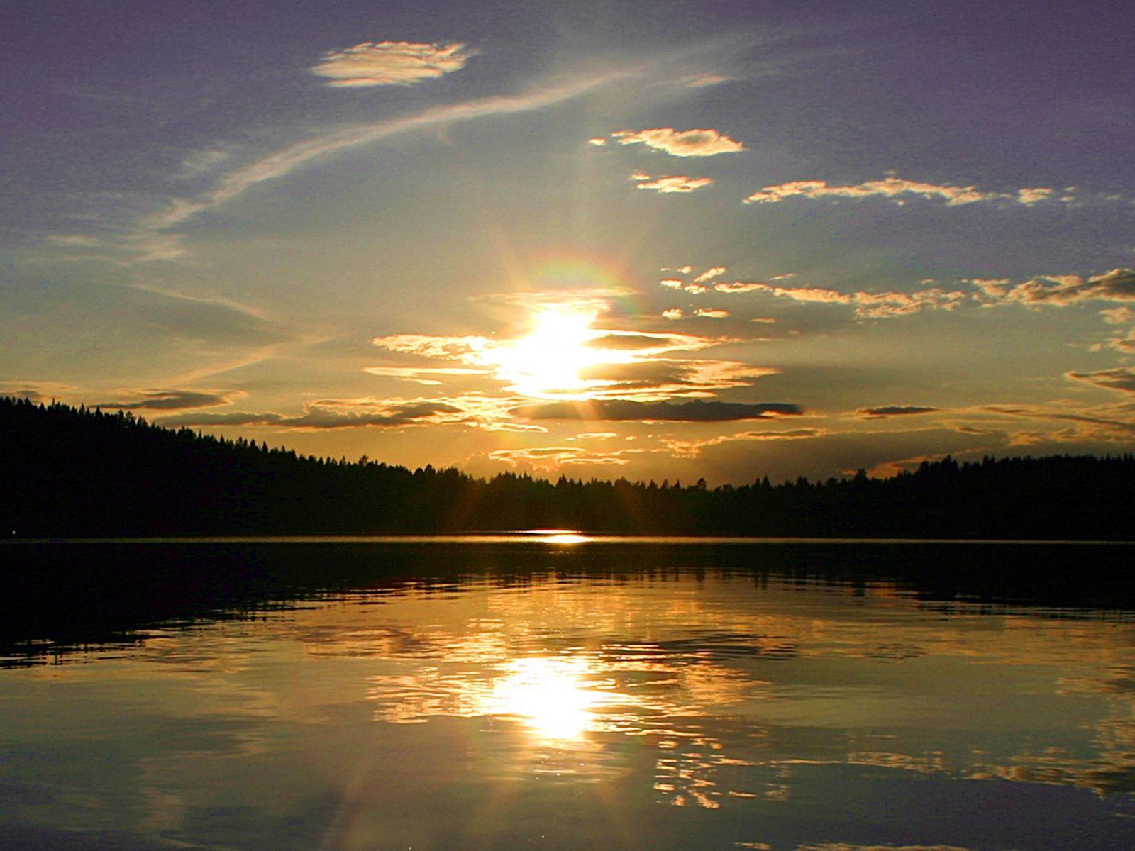 Mitternachtssonne im See in Finnland