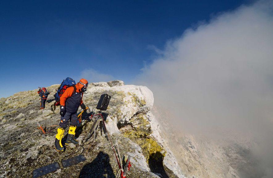 Carsten Peter steht mit sturmfester Kamera am Vulkan Mount Erebus in der Antarktis. Der 59-Jährige träumt ...