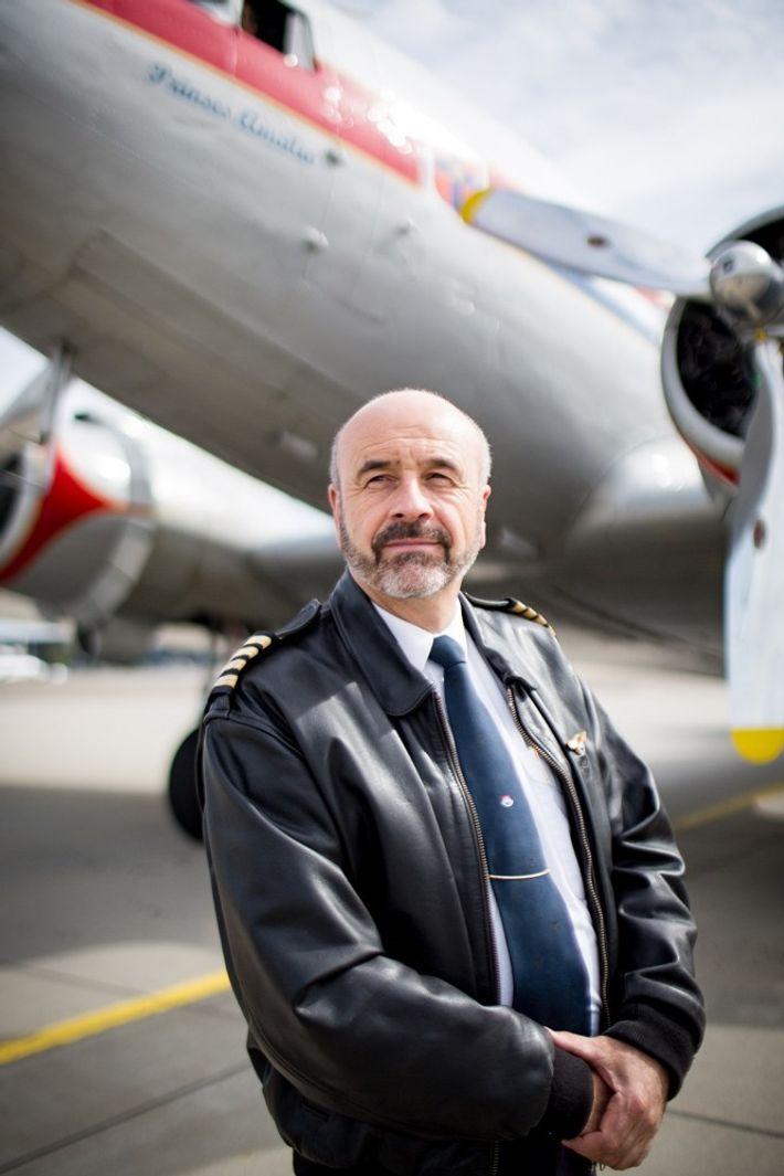 "Pilot Tom van Hoorn vor der DC-3 ""Prinses Amalia""."