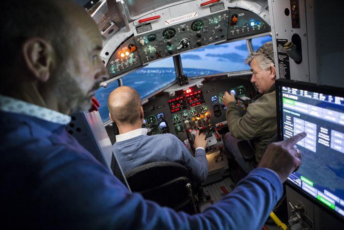 Nahe Amsterdam unterrichtet Tom van Hoorn (l.) andere Piloten im einzigen Simulator für die DC-3 – ...