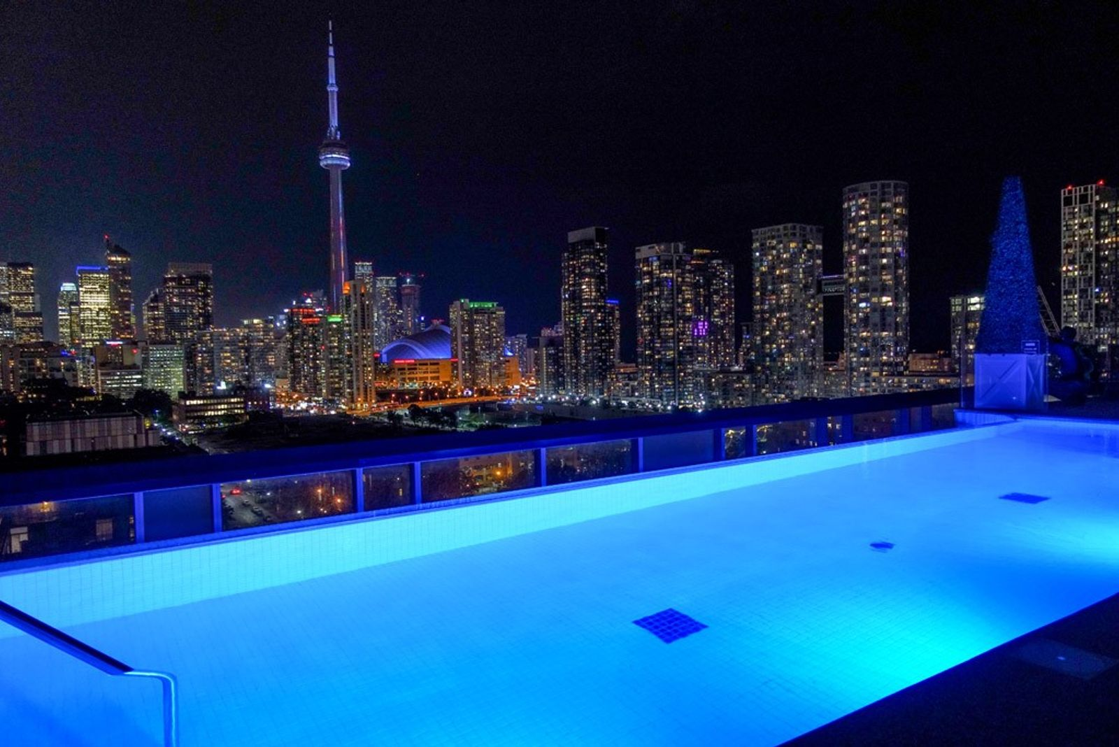 Rooftop Pool bei Nacht